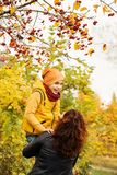 Autumn Family heureux en parc d'automne dehors Image stock