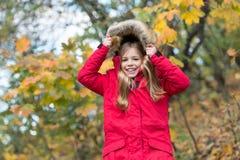 Autumn Fashion Mening skyddat på höstdagen Lycklig liten flicka i höstskogsmåbarn med höstbladet Lyckligt royaltyfri foto