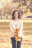 Autumn Fashion Model Woman que tem o divertimento no parque da queda Imagem de Stock Royalty Free