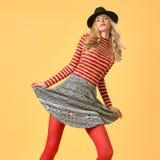 Autumn Fashion Modell Woman i stilfull nedgångdräkt royaltyfria foton