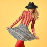 Autumn Fashion Woman modelo en equipo elegante de la caída imágenes de archivo libres de regalías