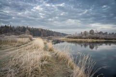 Autumn Field im Frost Stockbild