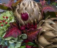 Autumn Floral Arrangement mit getrockneter Artischocke lizenzfreie stockfotografie