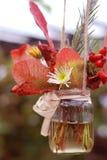 Autumn Flower sammansättning med blommakrysantemumet och lönnlöv i den Glass kruset Royaltyfria Foton
