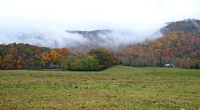 Autumn Fog sulle montagne Fotografia Stock Libera da Diritti
