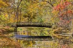 Autumn Foliage coloré et pont reflétés dans l'eau Photos libres de droits