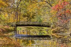 Autumn Foliage colorido y puente reflejados en agua Fotos de archivo libres de regalías