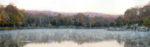Autumn Foliage Panorama Reflection colorido Foto de archivo libre de regalías