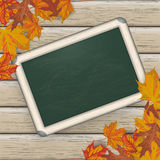 Autumn Foliage Wood Blackboard Lizenzfreie Stockfotos