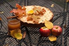 Autumn Gifts: empanada de manzana, manzanas y zumo de manzana Imagen de archivo