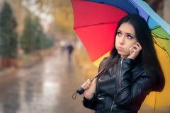 Autumn Girl Holding ett regnbågeparaply och en Smartphone arkivfoto