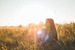 Autumn Girl que disfruta de la naturaleza en el campo La muchacha de la belleza al aire libre que aumenta las manos en luz del so foto de archivo libre de regalías