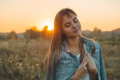 Autumn Girl que disfruta de la naturaleza en el campo La muchacha de la belleza al aire libre que aumenta las manos en luz del so fotos de archivo libres de regalías