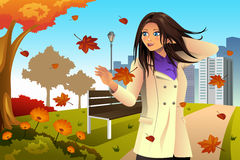 Autumn Girl Walking no parque Fotografia de Stock Royalty Free
