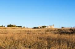 Autumn Grass mot lantligt landskap för Agrucultural kornsilor Arkivbild