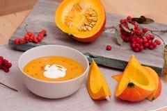 Autumn Harvest: Kürbis-Suppe und Vogelbeeren Lizenzfreie Stockfotografie