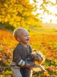 Autumn Kids Mooi weinig jong geitje het spelen met haar terriër van Yorkshire in park Geniet van de herfst met uw vriend Echt royalty-vrije stock afbeeldingen