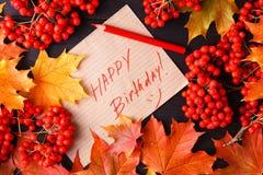 Autumn Label con el feliz cumpleaños de las palabras en él imagenes de archivo