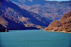 Blue lake with mountains and autumn forest Royalty Free Stock Photos