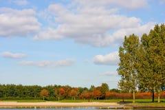 Autumn Lakeside Park med stranden Royaltyfria Bilder