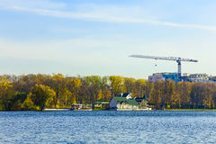 Autumn Landscape avec la Chambre et arbres au lac Images stock