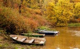 Autumn Landscape Barcos en la orilla del río Imagenes de archivo