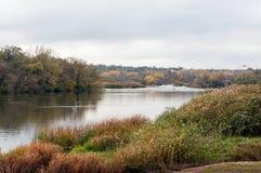 Autumn Landscape Côte rocheuse raide et rapide orageuse Photo stock