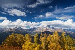 Autumn Landscape con el bosque y la cordillera del abedul Foto de archivo libre de regalías