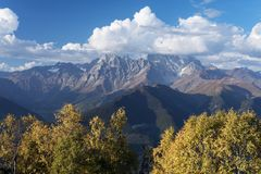 Autumn Landscape con el bosque y el pico de montaña Ushba del abedul Fotografía de archivo libre de regalías