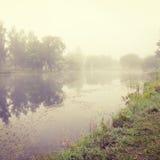 Autumn Landscape con el río en niebla de la mañana Imagen de archivo