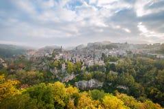 Autumn Landscape con la città antica fotografie stock libere da diritti