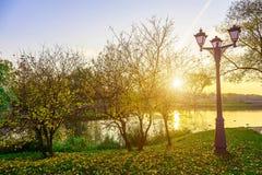 Autumn Landscape con las luces de calle acerca al lago Imagen de archivo