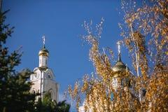 Autumn Landscape con un campanile della chiesa di ascensione immagini stock