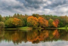 Autumn Landscape en Lituania, Vilna con Autumn Park y la reflexión en el agua con los patos imagen de archivo libre de regalías