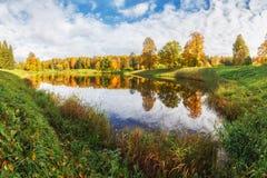 Autumn Landscape i Pavlovsk parkerar, Pavlovsk, Royaltyfria Bilder