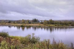 Autumn Landscape Il fiume di Tura e una vecchia casa di legno sola sulla Banca opposta fotografia stock libera da diritti
