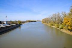Autumn Landscape il fiume ed il tipo del ponte Alberi con l'urlo Fotografia Stock