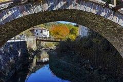 Autumn Landscape med Roman Bridge och gamla hus i stad av Shiroka Laka, Bulgarien royaltyfria bilder