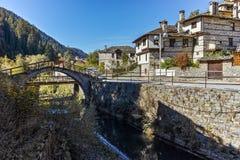 Autumn Landscape med Roman Bridge och panorama till staden av Shiroka Laka, Bulgarien royaltyfri foto