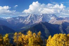Autumn Landscape met berkbos en berg piekushba Royalty-vrije Stock Afbeelding