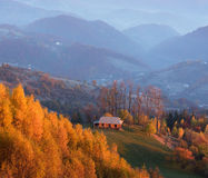 Autumn Landscape mit einem Holzhaus in den Bergen Stockbild