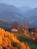 Autumn Landscape mit einem Holzhaus in den Bergen Stockbilder