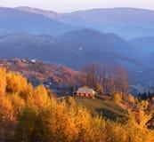 Autumn Landscape mit einem Holzhaus in den Bergen Lizenzfreie Stockbilder