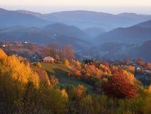 Autumn Landscape mit einem Holzhaus in den Bergen Lizenzfreie Stockfotografie