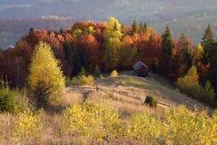 Autumn Landscape mit einem Holzhaus in den Bergen Lizenzfreie Stockfotos