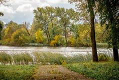 Autumn Landscape: Parcheggi la trascuratezza il fiume e del percorso a riv Fotografie Stock
