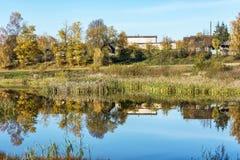 Autumn Landscape Platteland en de weerspiegeling van aard in Th Stock Afbeeldingen