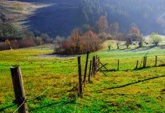 Autumn Landscape, trästaket och blåa berg i backgroen Royaltyfri Foto