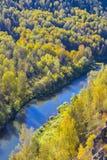 Autumn Landscape Vue de la BERD sibérienne de rivière, de la roche Images stock