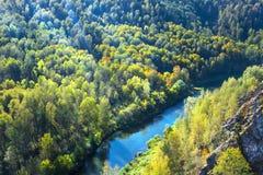 Autumn Landscape Vue de la BERD sibérienne de rivière, de la roche Photo stock